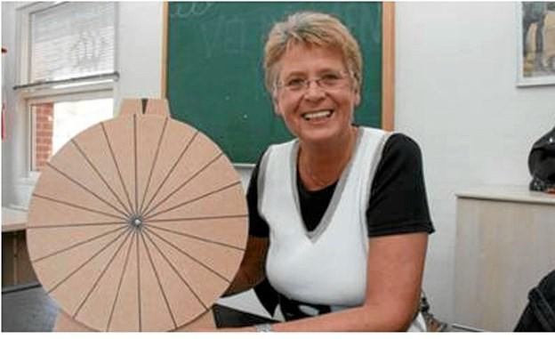 Gitte Rørbæk-Løcke med prototypen på lykkehjulet der kommer til at stå i Sæbys butikker i dagene op til påske. Butikkerne selv sætter kulør på hjulet med angivelse af rabatter o.l. Lykkehjulene er fremstillet af Frederikshavn Produktionsskole i Elling. Foto: privat privat