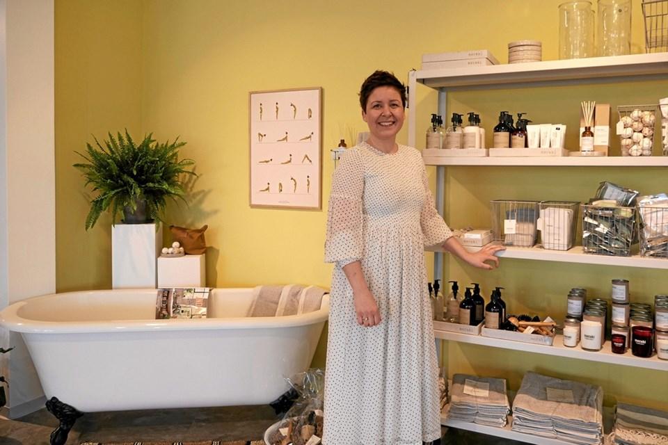 Også produkter til personlig pleje er at finde på hylderne, fortæller Kristina. Foto: Peter Jørgensen Peter Jørgensen