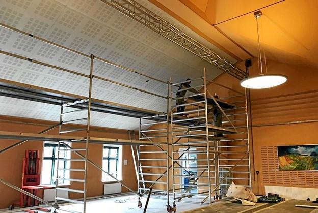 Arbejdet med at forbedre akustikken har stået på siden starten af januar. Privatfoto