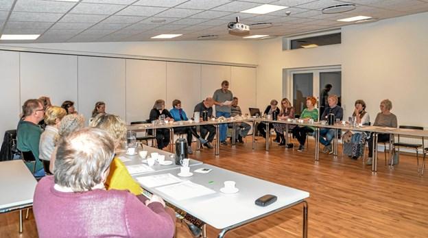 Aftenens dirigent var chefbibliotekar Bo Jacobsen og Aage Grynderup gennemgik forslag til vedtægter. Foto: Mogens Lynge Mogens Lynge