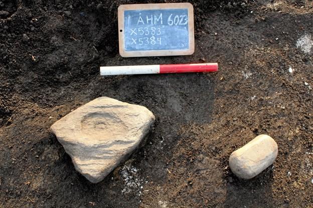 Blandt de fund, som viser hvordan livet var for jernaldermenneskene, som levede på sygehusgrunden, er en fin mortersten med tilhørende støder, som blev fundet ved et at de velbevarede langhuse. Foto: Nordjyllands Historiske Museum