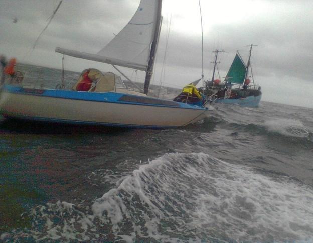 Det lykkedes to mand fra redningsbåden fra Sæby at komme over på den tyske sejlbåd i tide. Foto: Sæby Redningsstation