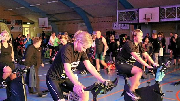 Godt 200 deltagere nød den gode stemning medens de cyklede i 10 timer for at støtte Sæby Knæk Cancer. Foto: Tommy Thomsen