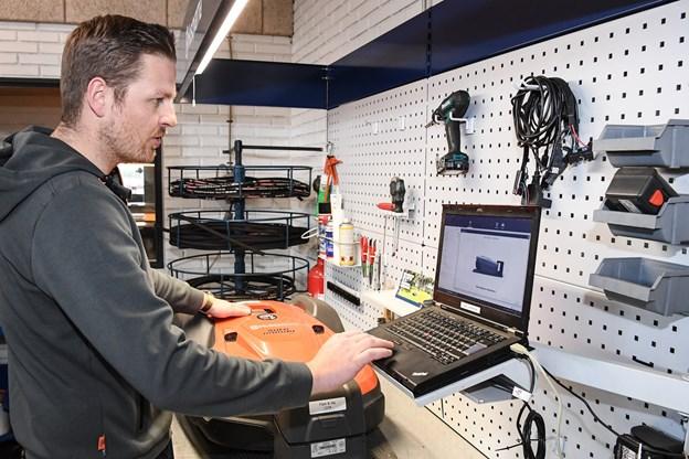 Anders Laustsen tjekker maskinen, så den er helt klar til dagens dont. Foto: Bent Bach. Bent Bach