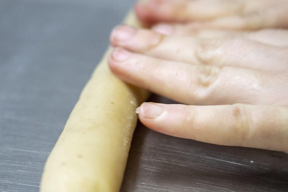 Det kan være hårdt at ælte dejen. Men det er arbejdet værd ikke at putte for meget æggehvide i dejen. Hvis der kommer for meget i, splatter kagerne ud og bliver alt for bløde at arbejde med. Foto: Laura Guldhammer Foto:  Laura Guldhammer