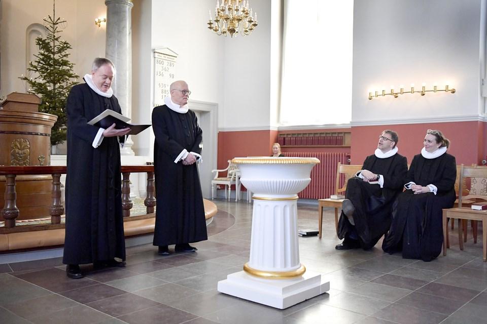 Provsten Ernst Viggo Thomsen har fået en ny præst til Skagen Kirke og Hulsig Kirke. På stolene sidder de to andre præster i sognet Henrik Bang-Møller og Lene Ladefoged Fischer. Foto: Bente Poder