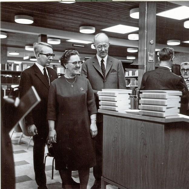Ved markeringen af bibliotekets 100 års jubilæum præsenterede overbibliotekar Henning Rasmussen jubilæumsskriftet sammen med overlærer Lydia Jensen, der var medlem af biblioteksudvalget og borgmester Poul Møller, der også havde en fortid som bibliotekar. LOKALHISTORISK ARKIV SKAGEN