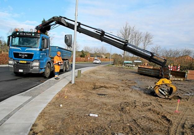 Vej & Park fra Jammerbugt Kommune fjerner de sidste ting fra det omfattende arbejde med omlægningen af krydset. Foto: Flemming Dahl Jensen Flemming Dahl Jensen