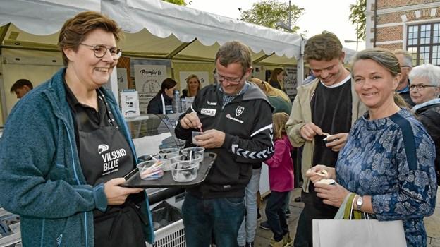 Mere end 1000 smagsprøver på øldampede Vilsund Blue muslinger blev delt ud af blandt andre Susanne Warming. Foto: Ole Iversen Ole Iversen
