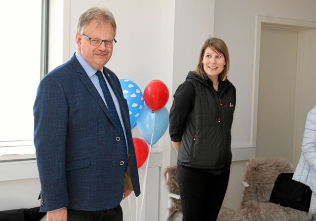 Borgmester Mogens Chr. Gade og behandler Helle Riis Jensen. ?Foto: Flemming Dahl Jensen Flemming Dahl Jensen