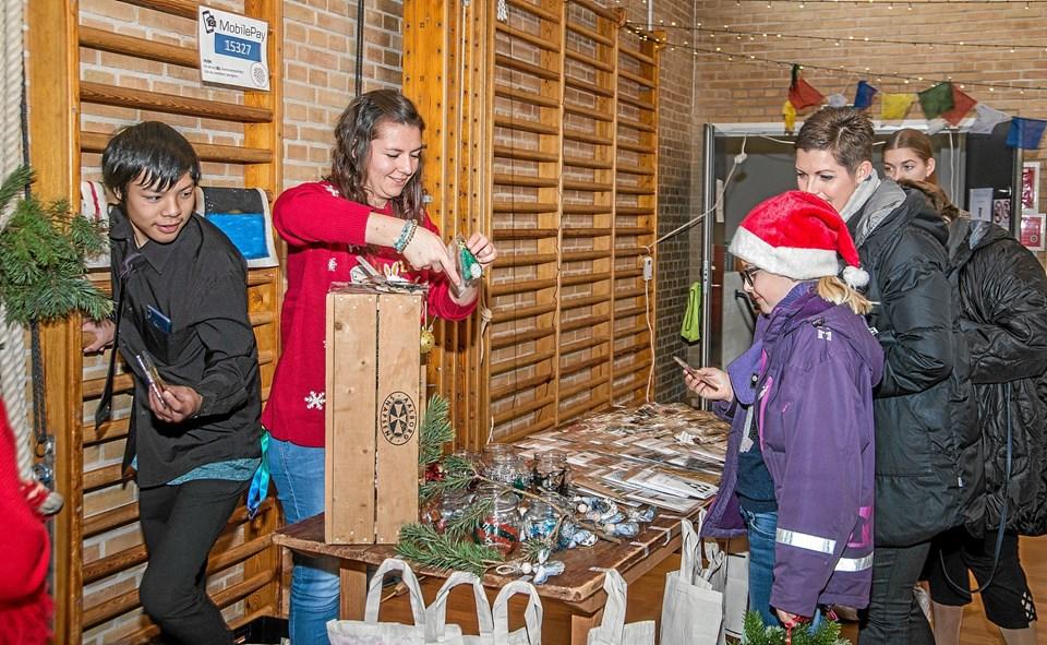 Der var masser af juleting og gaveideer af købe, da Ranum Efterskole havde julemarked i Ranum Multicenter. Foto: Mogens Lynge Mogens Lynge