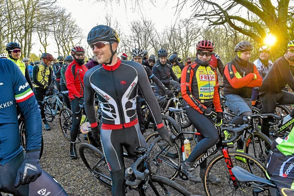 Frank Høj (Midt i billedet i sort), tidligere Tour, Vuelta og OL rytter, nu exam. sundhedscoach og konsulent i DGI, klar til Thy Gravel 2018 på P-pladsen i Thorsted.Foto: Ole Iversen Ole Iversen