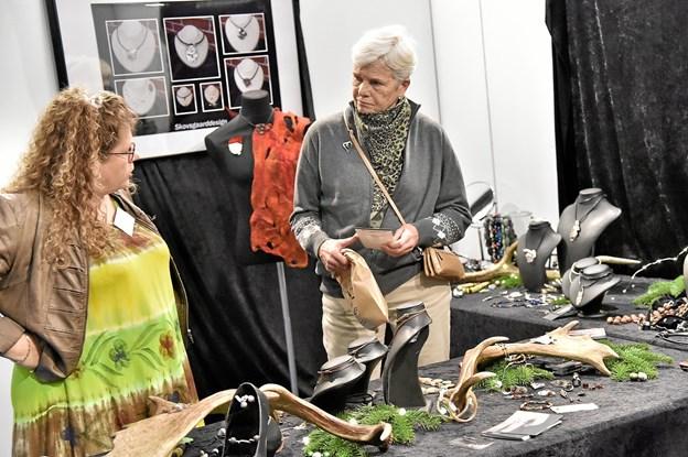 HOs Skovsgaard Smykkedesign var der interesse for de mange unikke sølvsmykker. Foto: Ole Iversen Ole Iversen