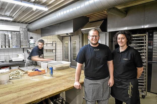 Søndag 1. juli kan Tage og Laila Larsen fejre deres første år, som indehaver af bageriet i Vestergade, som stadig hedder Munkens - i hvert fald et stykke tid endnu. Foto: Ole Iversen