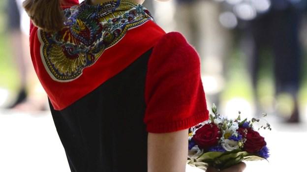 Nicoline Kjul Fiil Paetch er datter af det nuværende værtspar på Hvidsten Kro og tipoldebarn af Marius og Gudrun Fiil. Hun var iført folkedragt og en særlig broche, der er gået i arv i familien. Den 13-årige pige overrakte blomster til dronningen. Foto: Bo Amstrup/Ritzau Scanpix