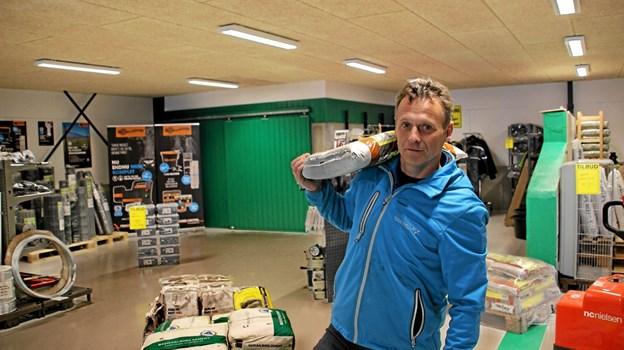 Jens Johnsen havde travlt med at få alt på plads til folk begyndte at indfinde sig. Foto: Hans B. Henriksen Hans B. Henriksen