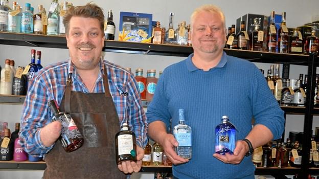 Frank Sørensen (t.v.) fra Vin & Vin/Prima Beer & Wine og Kjeld Bitsch, salgschef hos gin-leverandøren Macy, er klar til ginfestival i Hobro. Foto: Jesper Bøss