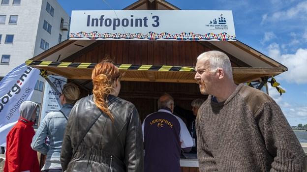 Man køber billetter til shuttlebådene ved de fire infopoints. Foto: Lasse Sand