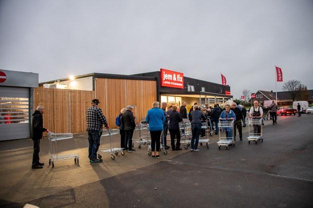 Omkring et halvt hundrede mennesker havde gjort sig klar til at kunne komme på indkøb i det nye Jem & Fix på Vilhelmsborgvej.Foto: Diana Holm