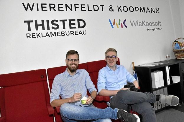 Benjamin Wierenfeldt Guld(th) og Jacob Koopmann Christensen, eller Thisted reklamebureau, har sat sig i deres biografsæder på deres kontor.