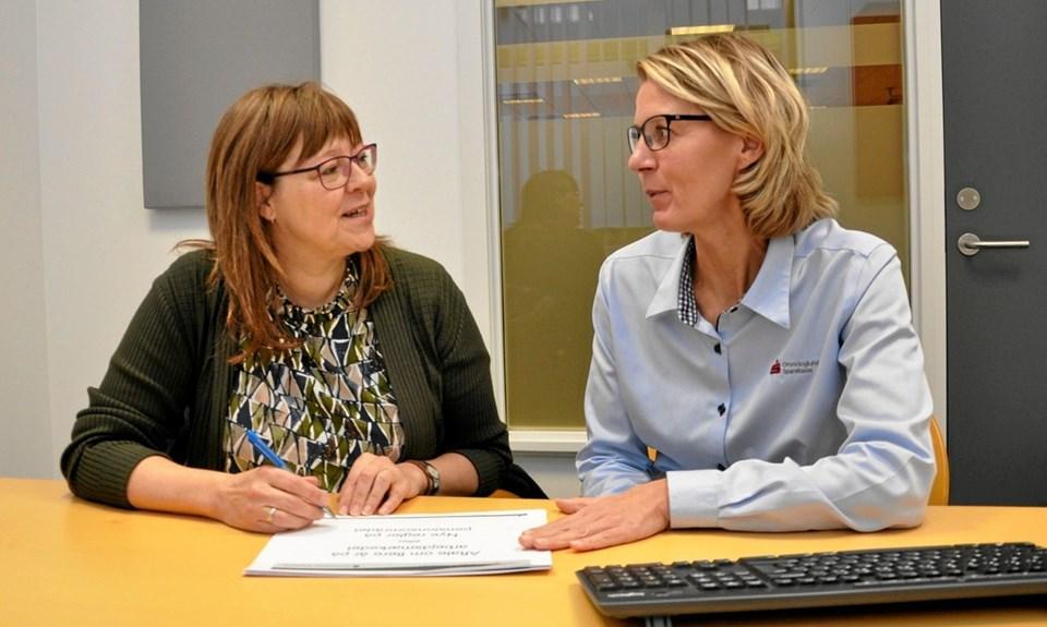 Formanden for Asaa Vinterbaderklub, Lene Albertsen Nielsen (t.v.), og Iben Aaen fra Dronninglund Sparekasse bliver enige om fornyelsen af sponsorkontrakten.Foto: Ole Torp