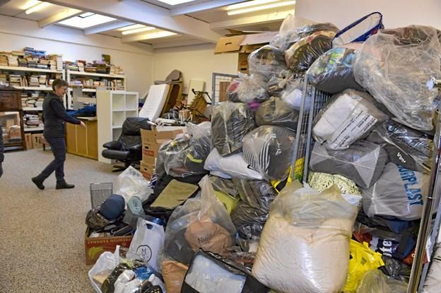 Tøjbunken der er kommet de eneste par uger. Et stort arbejde med at sortere venter de frivillige. Foto: Ole Iversen Ole Iversen
