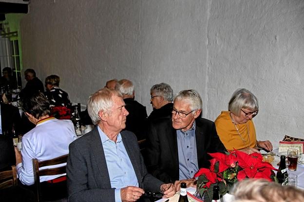 Ernst Trillingsgaard til venstre, får her en hyggesnak med næstformanden i seniorklubben, Per Houe. Foto: Hans B. Henriksen Hans B. Henriksen