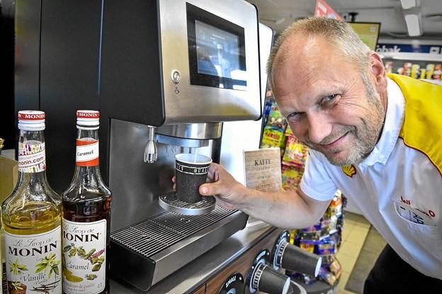 Preben og hans kunder på farten er rigtigt glade for god kaffe fra den nye maskine i butikken. Det fejres med fem vindere af to gange vask og kaffe. Foto: Ole Iversen