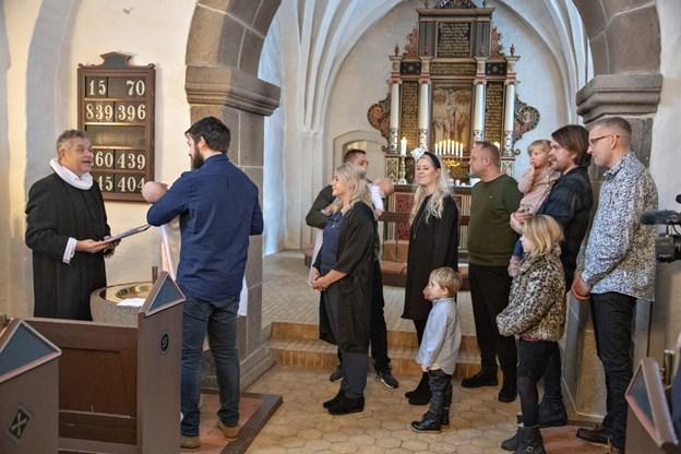 På billedet bliver et af dagens to dåbsbørn, Ida, døbt. Hendes forældre Nils Bedsted og Ditte Jørgensen syntes, at det var en god oplevelse af gå ind i kirken til et U2-nummer, som de kendte. Foto: Kurt Bering Kurt Bering