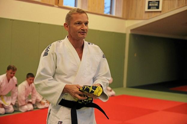 Formanden for Dansk Judo Union, Søren Studsgaard stod for hæderen til Arne Nøhr. Foto: Flemming Dahl Jensen