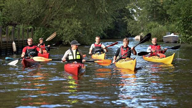 Deres udsendte med kasket på tur med medlemmerne af Voersaa Kajakklu mens åens træer stadig var på land og rovandet nemt.?Foto: Bent Bach. BENT BACH