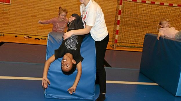 Børnene fik hjælp for at udføre øvelserne. Foto: Flemming Dahl Jensen
