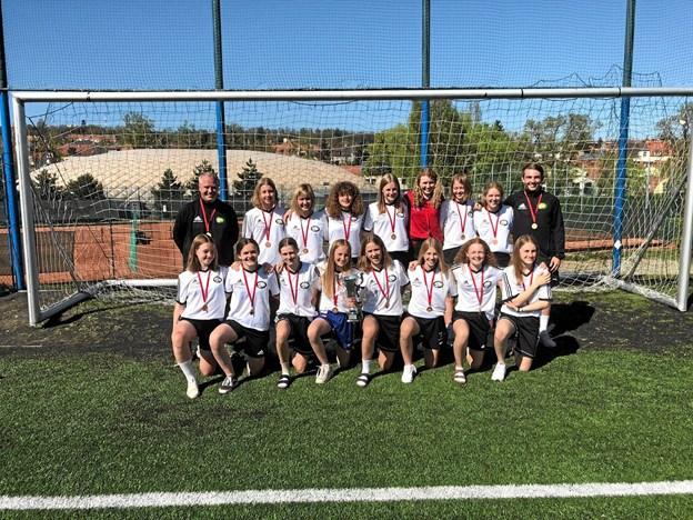 Det blev til bronzemedaljer og pokal til U15 pigerne.Privatfoto Ole Iversen