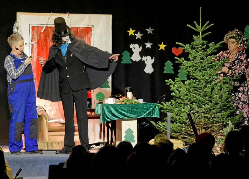 Doktor Schwartz hader juletræer og er klar til at stjæle det flotte træ fra Gertrud og Oluf Sand, så han kan tilintetgøre det. Foto: Niels Helver Niels Helver