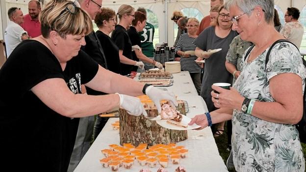 I teltet blev der også serveret kaffe og the for de voksne og til børnene var der juice og kakao mælk, som kagerne kunne skylles ned med. Foto: Peter Jørgensen Peter Jørgensen