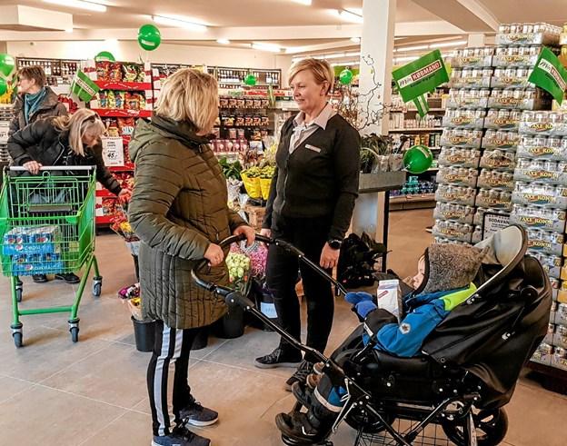 Mette Klitgaard tog sig tid til en snak med kunderne. Foto: Karl Erik Hansen
