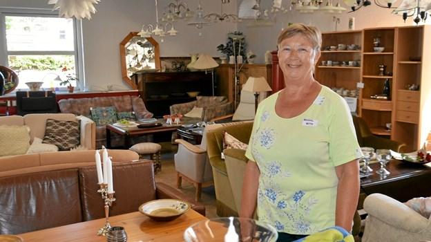Betty Nielsen og 37 andre frivillige har travlt i Kirkens Korshærs genbrugsbutik i Skørping.  Foto: Jesper Bøss