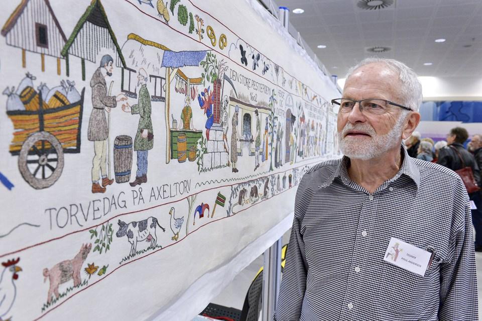 Tegneren Poul Andersen foran Hjørringtapetet.Foto: Bente Poder