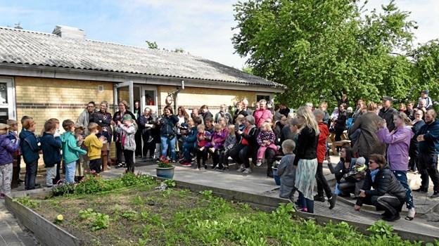 Forældrene havde travlt med at filme børnene, da de sang deres egen komponerede sang. Foto: Niels Helver Niels Helver