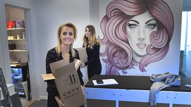 Line Ravn (t.v.) og Pernille Kolding (t.h.) har realiseret drømmen om at åbne en frisørsalon sammen. Vægmaleriet skal være salonens gimmick og er lavet af den lokale kunstner Frida Stiil Vium. Foto: Michael Koch