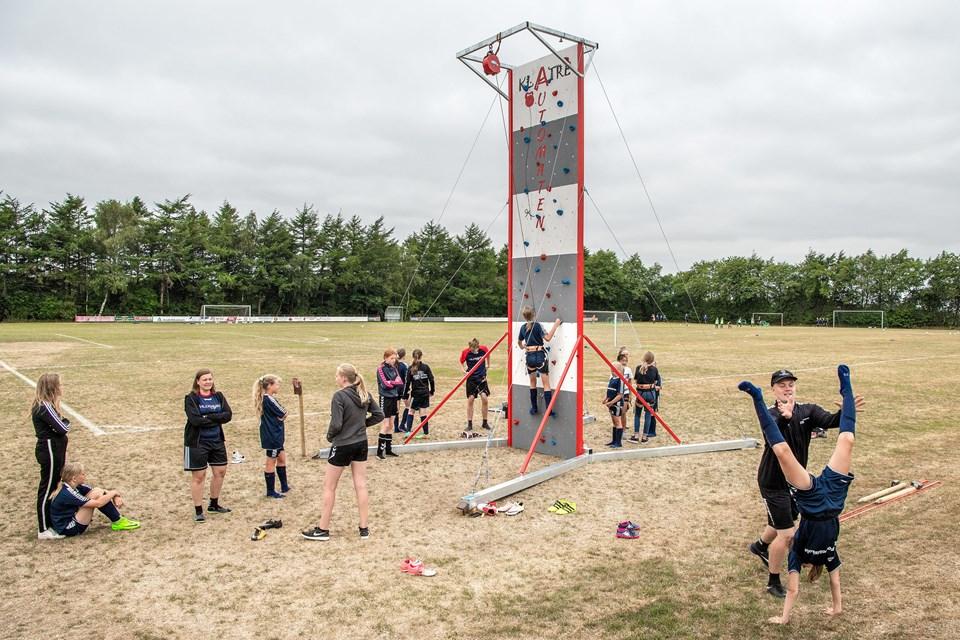 I år har Haverslev IF lejet en seks meter høj klatrevæg, som er blevet flittigt brugt i pauserne. Foto: Henrik Bo