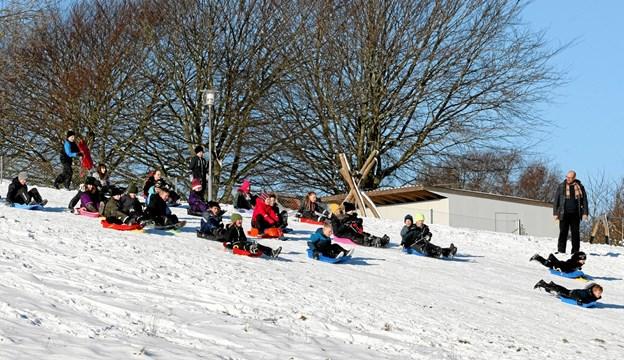 Skolebørnene nyder det fine vejr med 5 grader frost og høj sol. Foto: Jan Nygaard