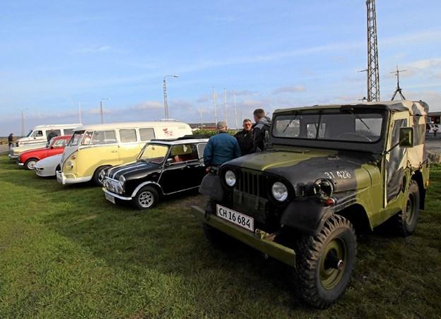 De flotte veteranbiler stod på rad og række på havnen i Asaa. Det gør de igen hver onsdag aften hele sommeren. Foto: Jørgen Ingvardsen Jørgen Ingvardsen