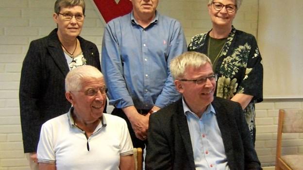 Hobro Y's Men's klubs nye ledelse består af Niels Hans Nielsen, siddende til venstre, der om et år afløses af vicepræsident, Jørgen E. Pontoppidan, siddende til højre. Den afgående præsident, Irma Jensen, stående til venstre, fortætter i ledelsen som pastpræsident. Stående i midten Vagner Bjørn, der nu tager sit fjerde år som sekretær. Birthe Nielsen bagerst til højre bliver ny kasserer for klubben. Privatfoto