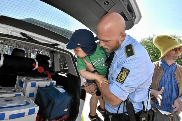Politibetjent Per have viste blandt andet Victor indersiden af en politibil. Foto: Ole Iversen