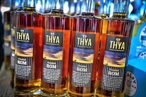Ny Trinidad-rom i flaske og i bolle