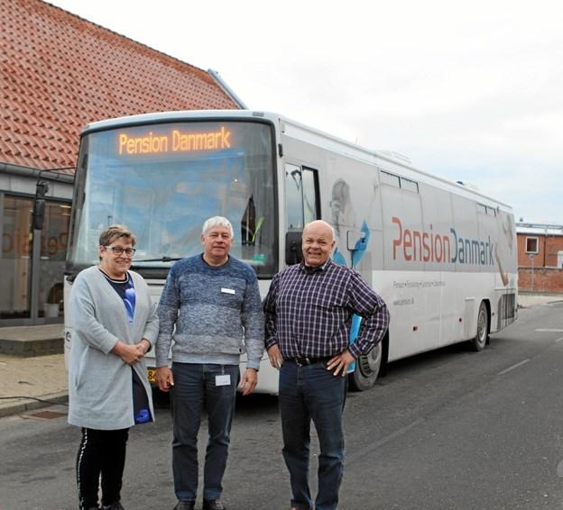 Formand Lene Haugbølle sammen med næstformændene Lindy Mortensen og Alex Pedersen foran pensionsbussen. ?Foto: Martin Glerup