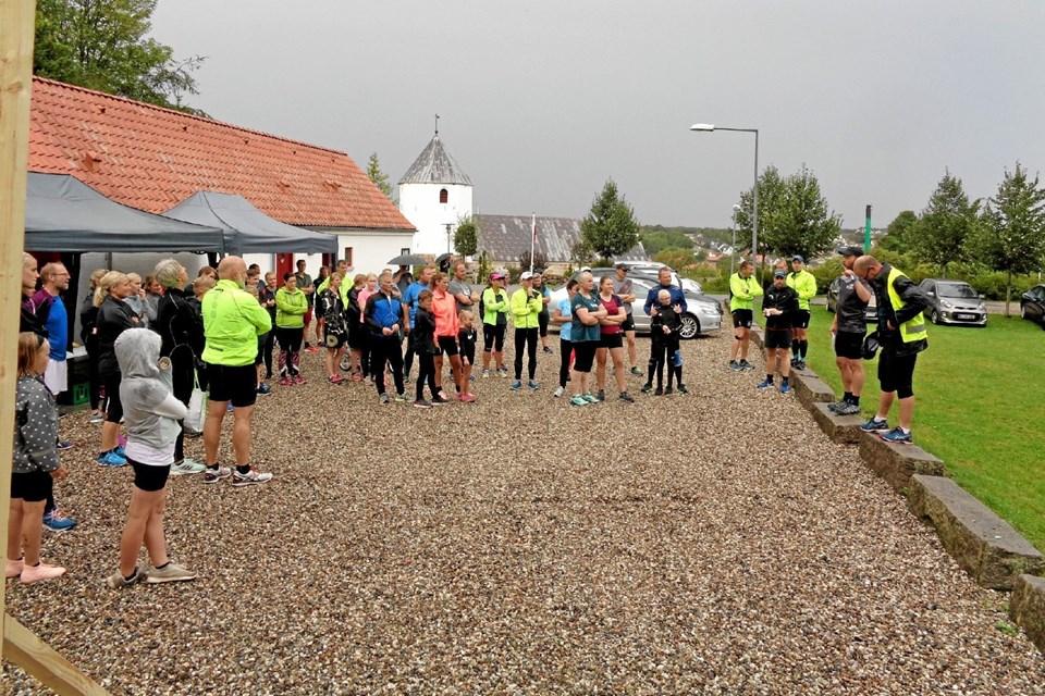 Her introduceres de deltagende løbere om ruten og om risikoen for at løbet ville blive stoppet, hvis det begyndte at tordne igen. Foto: Kjeld Mølbæk