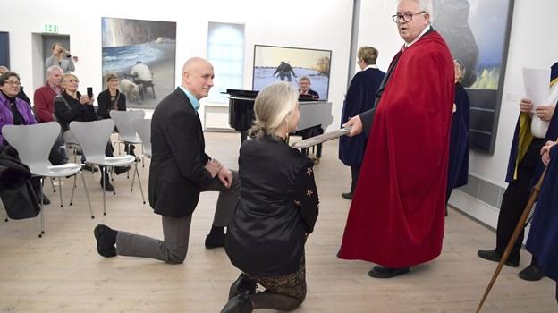 Marit Benthe Norheim og Claus Ørntoft skal opbevare sværdet, indtil det skal vandre videre til endnu en borgere, der fortjener hæder.   Foto: Bente Poder