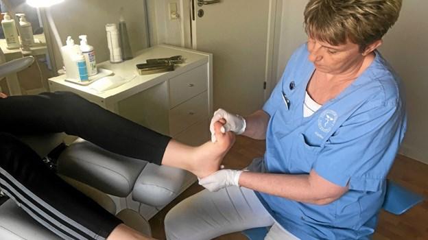 En fodterapeut plejer og behandler fødderne – fjerner hård hud og klippe negle giver fodmassage og behandle fødder, der har det dårligt som følge af eksempelvis gigt, diabetes og andre livsstilssygdomme. Foto: Privat Privat